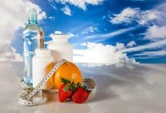 Alimento saudável, conceito da aptidão no fundo do céu azul Fotos de Stock Royalty Free