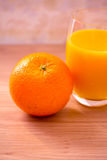 Alimento saudável: laranja e suco para o pequeno almoço Fotografia de Stock Royalty Free