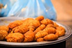 Alimento sconosciuto; I grandi vermi grassi sono venduti nel mercato di mattina, Myanmar fotografia stock libera da diritti