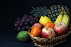 Alimento scuro - frutta mista del chiaroscuro in canestro di vimini Fotografia Stock Libera da Diritti