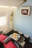 Alimento servito a bordo dell'aeroplano sulla tavola Fotografie Stock Libere da Diritti