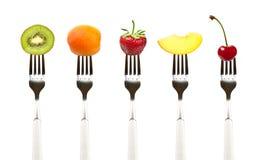 Alimento sin procesar. Frutas en forkes imagen de archivo
