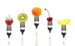 Alimento sin procesar. Frutas en forkes foto de archivo libre de regalías