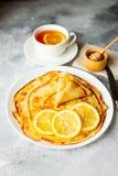 Alimento, sobremesa, pastelarias, panqueca, torta Panquecas bonitas saborosos com banana e mel foto de stock