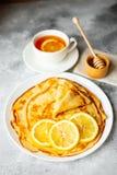 Alimento, sobremesa, pastelarias, panqueca, torta Panquecas bonitas saborosos com banana e mel imagem de stock