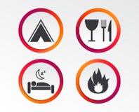 Alimento, sonno, tenda di campeggio e segni del fuoco Immagini Stock