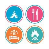 Alimento, sonno, tenda di campeggio e segni del fuoco Fotografia Stock
