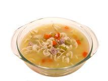 Alimento: Sopa de tallarines fornida del pollo en el plato de cocinar de cristal Fotos de archivo