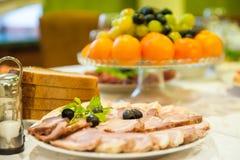 Alimento sprecato sulla tavola festiva dopo il partito di cena fotografie stock libere da diritti
