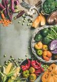 Alimento stagionale vegetariano sano di caduta che cucina fondo, composizione verticale fotografia stock