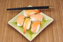 Alimento, sushi y maki japoneses fotos de archivo