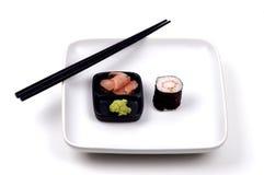Alimento - sushi y palillos Foto de archivo