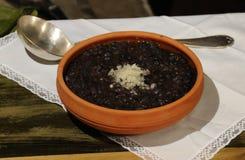 Alimento típico do cubano - feijões pretos fotografia de stock