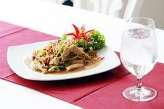 Alimento tailandés con el vidrio de agua Fotos de archivo libres de regalías