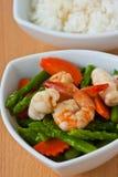 Alimento tailandés, espárrago Revolver-frito con los mariscos Imagen de archivo