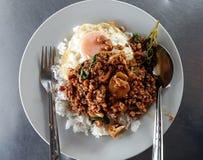 Alimento tailandés - fritada #6 del Stir Kao Pad Kra Prao o arroz tailandés con cerdo y el huevo Foto de archivo