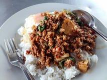 Alimento tailandés - fritada #6 del Stir Kao Pad Kra Prao o arroz tailandés con cerdo y el huevo Fotografía de archivo libre de regalías
