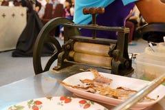Alimento tailandês da rua, calamares secados, grampeado em ordem e pendurada no fio de metal imagem de stock royalty free