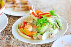 Alimento tailandês da salada da aletria na luz suave imagens de stock