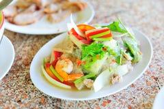 Alimento tailandês da salada da aletria na luz suave fotos de stock royalty free