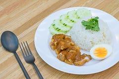 Alimento tailandês da vista superior: Estilo roasted friável e arroz do chinise da carne de porco da barriga imagens de stock