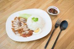 Alimento tailandês da vista superior: Estilo roasted friável e arroz do chinise da carne de porco da barriga carne de porco do BB foto de stock