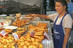 Alimento tailandês das vendas da mulher Fotografia de Stock