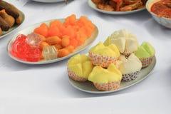 Alimento tailandês do amarelo do bolo dos doces na placa fotografia de stock