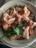 Alimento tailandês do arroz fritado do marisco saboroso com calamar e vegetal do camarão na bacia imagem de stock