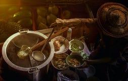 Alimento tailandês do macarronete que faz no barco de flutuação no mercado de flutuação tailandês Imagem de Stock Royalty Free