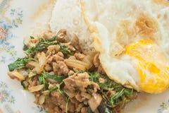 Alimento tailandês fritado do ovo frito da galinha da manjericão Fotografia de Stock Royalty Free