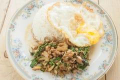 Alimento tailandês fritado do ovo frito da galinha da manjericão Foto de Stock