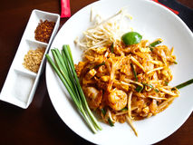 Alimento tailandês, macarronetes de arroz agitar-fritados fotografia de stock royalty free