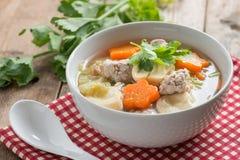 Alimento tailandês, sopa clara com vegetais e almôndegas na curva branca Foto de Stock