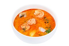 Alimento tailandês Tom Yum Gong Sopa em uma bacia branca isolada no fundo branco foto de stock royalty free