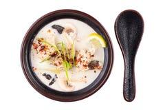 Alimento tailandês Tom Yum Gong Sopa em uma bacia preta isolada no fundo branco imagens de stock