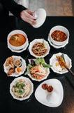 Alimento tailandês tradicional classificado, caril vermelho, sopa picante de Tom Yum, salada da papaia e prato local imagem de stock royalty free