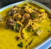 Alimento tailandese asiatico, gruppo Keow Wan Gai o curry verde tailandese con il pollo nella ciotola sul fondo della tavola Fotografie Stock