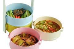 Alimento tailandese in colourful del trasportatore del tiffin isolato su backg bianco Immagini Stock Libere da Diritti
