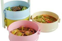 Alimento tailandese in colourful del trasportatore del tiffin isolato su fondo bianco Fotografia Stock Libera da Diritti