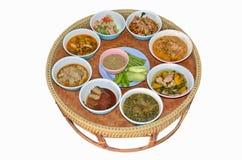 Alimento tailandese di stile messo in vassoio del rattan Immagini Stock