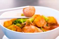 Alimento tailandese - frittura #6 di Stir Tenga i bastoncini a polpetta Tagliatelle piane dei frutti di mare rosa La citronella p Fotografia Stock