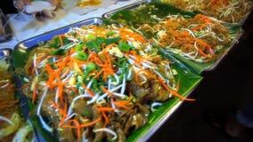 Alimento tailandese Padthai differente caldo con la tagliatella dentro video d archivio