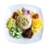 Alimento tailandese, riso fritto con la pasta del gamberetto isolata su fondo bianco, percorso immagine stock