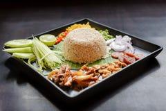 Alimento tailandese - riso misto con la pasta Kao Cluk Ka Pi del gamberetto Fotografie Stock
