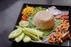 Alimento tailandese - riso misto con la pasta Kao Cluk Ka Pi del gamberetto Fotografia Stock