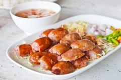 Alimento tailandese, stile della griglia della salsiccia sulla zolla Immagini Stock