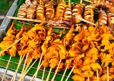Alimento tailandese. Frutti di mare cotti sui bastoni Immagini Stock