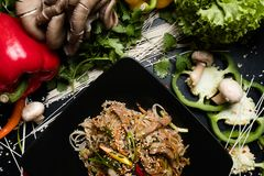 Alimento tailandese tradizionale che prepara la tagliatella del mestiere Immagini Stock