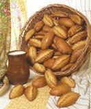 Alimento, tortas, jarro de leite com leite, cozinha Slavonic Fotos de Stock